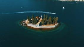 Monténégro, PerastFlying au-dessus d'île de Sveti Dorde à la mer Longueur aérienne de bourdon banque de vidéos