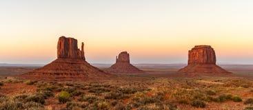 Montículos famosos do mitene ou mesas, parque tribal do Navajo do vale do monumento Cenário natural bonito no crepúsculo O Arizon imagem de stock