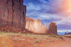 Montículos originais no vale do monumento no estado de Utá, EUA Luz solar Ef Imagens de Stock Royalty Free