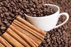 Montón blanco de OM de la taza de los granos de café horisontal imagen de archivo