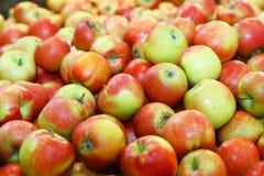 Montón con las manzanas en mercado Foto de archivo