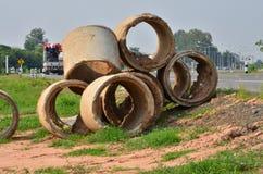 Montón de alcantarillas inusitadas al lado del camino Imagen de archivo