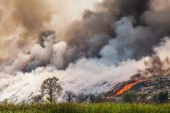 Montón de basura ardiente del humo Imágenes de archivo libres de regalías