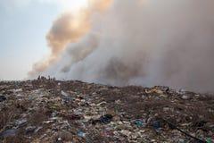 Montón de basura ardiente del humo Imagen de archivo libre de regalías