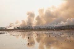 Montón de basura ardiente del humo Fotos de archivo libres de regalías
