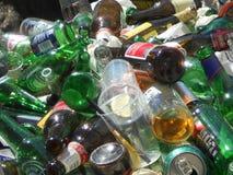 Montón de botellas vacías imagenes de archivo
