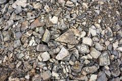 Montón de cáscaras, de piedras y de la arena en la costa imagen de archivo libre de regalías
