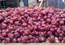 Montón de cebollas rojas y de chalotes para la venta en un mercado de los granjeros foto de archivo libre de regalías