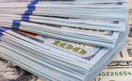 Montón de cientos dólares de billetes de banco Imagen de archivo libre de regalías
