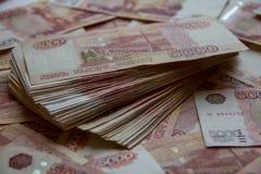 Montón de cinco mil rublos rusas Foto de archivo