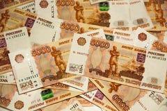 Montón de cinco mil rublos rusas de billetes de banco Fotos de archivo libres de regalías