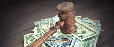 Montón de dólares con los jueces o los subastadores mazo o martillo Foto de archivo libre de regalías