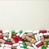 Montón de diversos colores clasificados de las tabletas y de las píldoras de la medicina diversos en el fondo blanco Cuidado médi foto de archivo