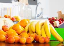 Montón de frutas frescas en la tabla Fotos de archivo
