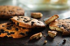Montón de galletas cocidas frescas con la pasa y el chocolate Fotografía de archivo