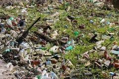 Montón de la basura en el río, contaminación ambiental gigante Foto de archivo