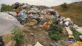Montón de la basura nacional en la descarga espontánea en almacen de metraje de vídeo