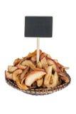 Montón de la manzana secada en una placa, con un indicador para su texto Imagen de archivo libre de regalías
