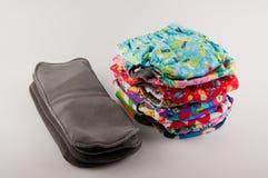 Montón de las bragas coloridas del entrenamiento del algodón de los niños y de los partes movibles suavemente grises para ellos e Imagen de archivo