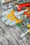 Montón de las herramientas de la construcción en el tablero de madera Foto de archivo libre de regalías