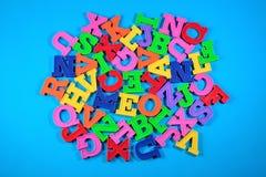 Montón de las letras coloreadas plástico del alfabeto Imagen de archivo libre de regalías