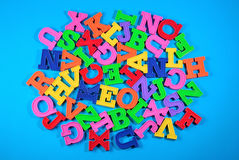Montón de las letras coloreadas plástico del alfabeto Fotos de archivo libres de regalías