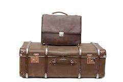 Montón de las maletas viejas aisladas en blanco Imagen de archivo libre de regalías