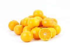 Montón de las mandarinas con partido en dos,   Imagenes de archivo