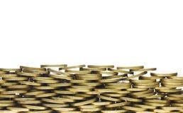 Montón de las monedas de oro que forman la frontera inferior del marco Imágenes de archivo libres de regalías