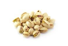 Montón de las nueces de pistachos OM el fondo blanco Fotos de archivo libres de regalías