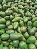 Montón de las peras de aguacate orgánicas frescas Fotografía de archivo