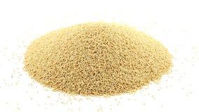 Montón de las semillas crudas, crudas del amaranto que giran sobre blanco metrajes