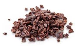 Montón de las semillas del cacao en el fondo blanco Imagen de archivo