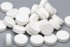 Montón de las tabletas redondas blancas médicas Foto de archivo