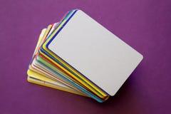 Montón de las tarjetas del descuento en el fondo violeta Imagen de archivo