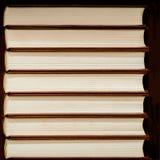 Montón de libros cerrados en cubiertas duras en fondo oscuro imágenes de archivo libres de regalías