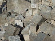 Montón de los adoquines grises para la reconstrucción del camino Imágenes de archivo libres de regalías
