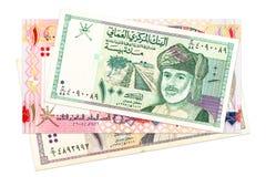 Montón de los billetes de banco omaníes del rial