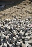 Montón de los cubos del adoquín para la reconstrucción de la calle Imagen de archivo