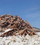 Montón de los escombros del ladrillo y de la piedra en un sitio de demolición Foto de archivo libre de regalías