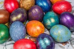 Montón de los huevos de Pascua pintados Fotografía de archivo