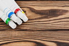 Montón de los tubos cerrados del metal de la pintura acrílica coloreada imagen de archivo libre de regalías