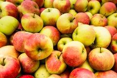Montón de manzanas del cierre Foto de archivo libre de regalías