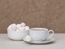 Montón de melcochas en el cuenco blanco Bebida del chocolate caliente Imágenes de archivo libres de regalías