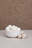 Montón de melcochas en el cuenco blanco Rosas de papel Imagen de archivo