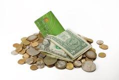 Montón de monedas y de la tarjeta de crédito Foto de archivo libre de regalías