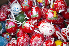 Montón de muchos huevos de Pascua hechos en casa pintados a mano coloridos en retai Foto de archivo