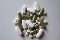 Montón de píldoras verdes y blancas imagenes de archivo