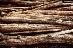 Montón de registros de madera marrones envejecidos Foto de archivo