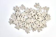 Montón de rompecabezas en el fondo blanco imágenes de archivo libres de regalías